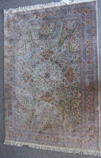 Petit tapis persan à décor de coupole centrale...