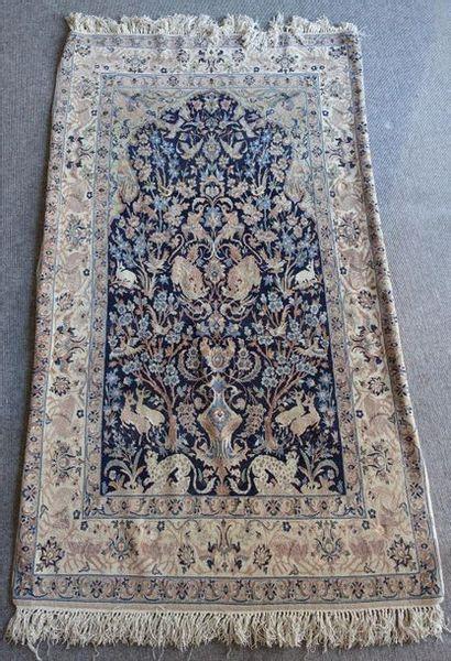 Petit tapis persan à mihrab sur fond bleu...