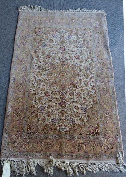 Petit tapis persan à médaillon central sur...
