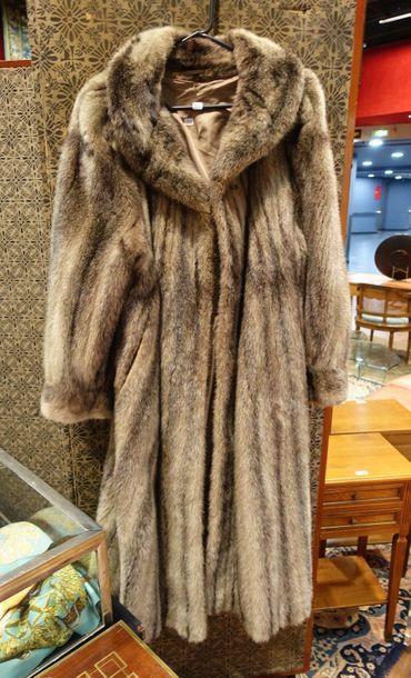 Deux manteaux longs en fourrure claire