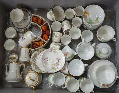 Trois Mannette de ceramique diverse: Trois parties de service à thé, plats por...