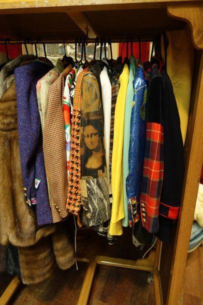 Lot de vêtements féminins griffés Léonard,...