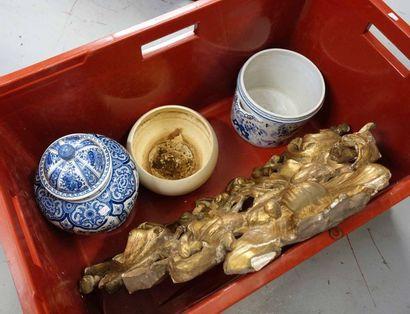 Caisse de bibelots: Haut de miroir en bois doré, vase et cache-pot en céramiqu...