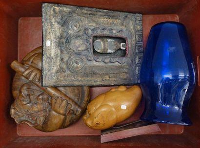Mannette de bibelots divers: Deux sculptures...
