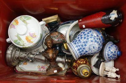 Caisse de bibelots divers: Vases et pied...