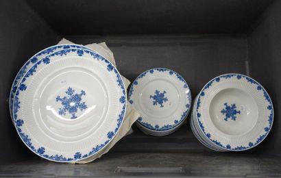Caisse: Limoges, partie de service de table «Saint Cloud» en porcelaine à décor...