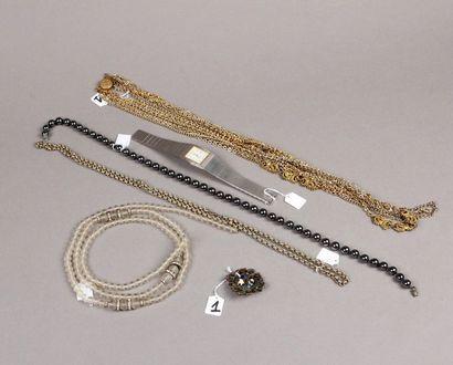 Lot de bijoux fantaisie en métal et jetons...