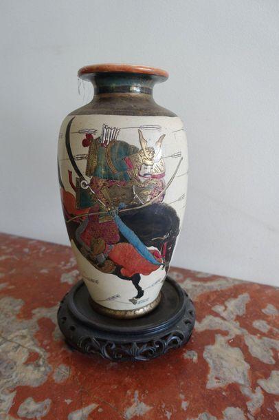Vase en porcelaine à décor de cavaliers combattant....