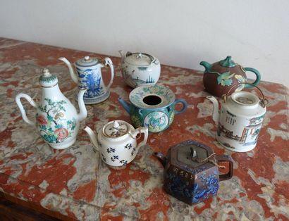 Lot de huit théières en porcelaine chino...