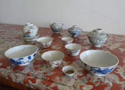 Lot de dix bols, certains couverts, en porcelaine...