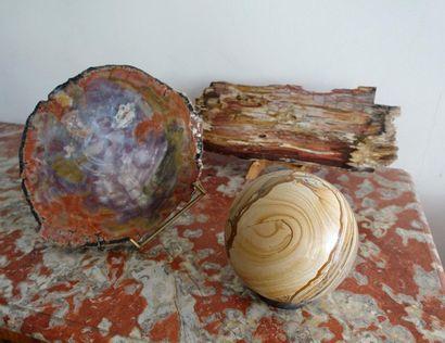 Boule en pierre dure et deux plaques en bois...