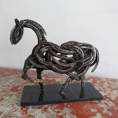RESCE-Cheval formé de fers à cheval soudés....