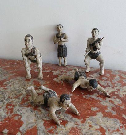 Cinq lutteurs en bois peint. H.24 cm