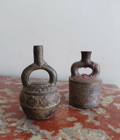 Deux vases étrier en terre cuite de style...