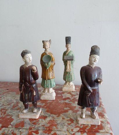 Quatre personnages de cour en terre cuite...