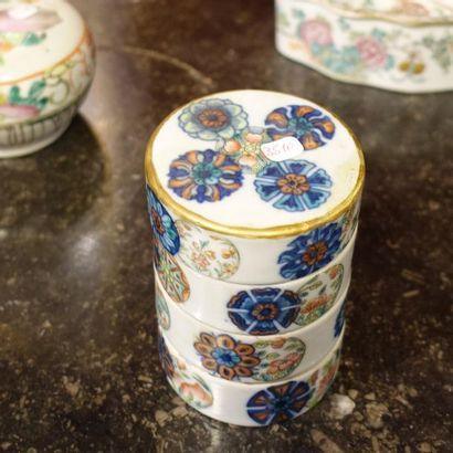 Trois boîtes à condiment en porcelaine polychrome....