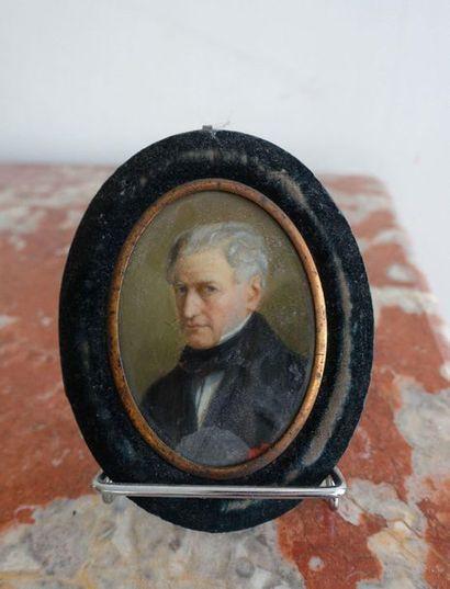 Miniature ovale représentant le portrait...