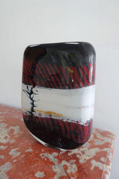 Vase à panse aplatie en verre soufflé à décor...