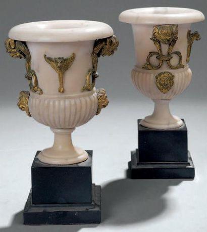 Paire de vases de forme Médicis en albâtre....