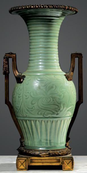 Vase en céladon à décor feuillagé enchâssé...