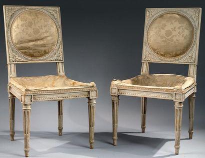 Paire de chaises en bois relaqué mouluré...