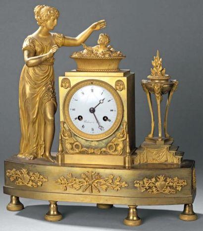 Pendule borne en bronze ciselé et doré surmontée...