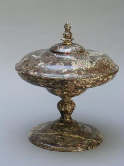 Coupe couverte sur piédouche en marbre griotte,...