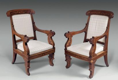 Paire de larges fauteuils à dossier cintré,...