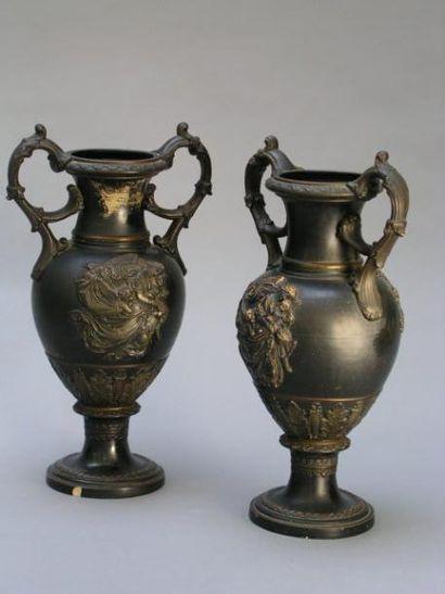 Paire de vases en faïence fine de forme ovoïde à col cylindrique et reposant sur...