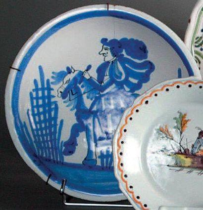Hesdin Plat rond à décor en camaïeu bleu au centre d'un cavalier sur sa monture de...