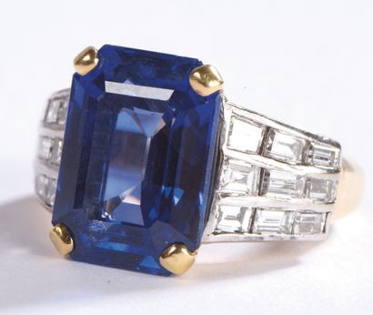 RING set with a rectangular sapphire with cut sides between two trapezoidal motifs...