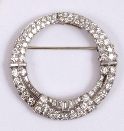 - Broche en forme d'anneau articulé, pavée...