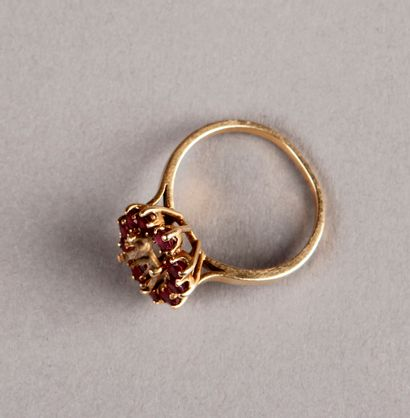 Yellow gold ring setting with a circle of...