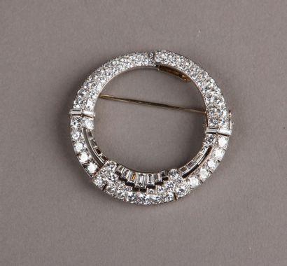 VAN CLEEF & ARPELS - Broche en forme d'anneau articulé, pavée de brillants et de...