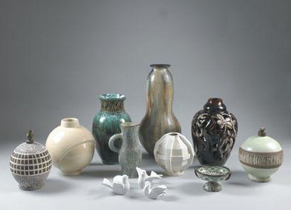 VASE de forme ovoïde à col étranglé en céramique....