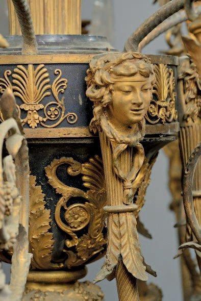 IMPORTANT LUSTRE en bronze ciselé, doré et acier bleui à vingt-quatre lumières sur...