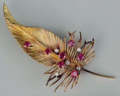 Broche en or en forme de plume sertie de...