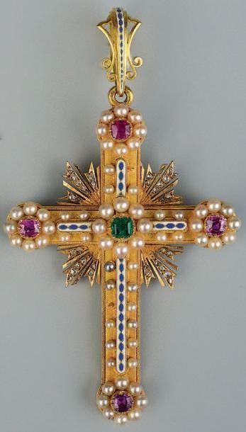 Croix en or jaune sertie de perles fines,...