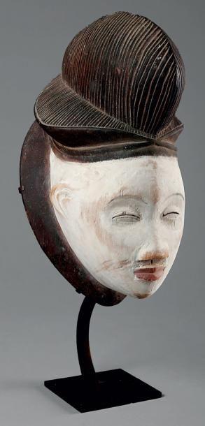 Masque Punu représentant un visage humain...