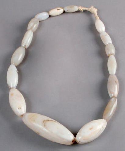 Ancien COLLIER composé de perles d'agate...