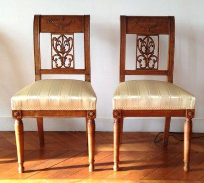 Suite de cinq chaises en bois fruitier, dossier...