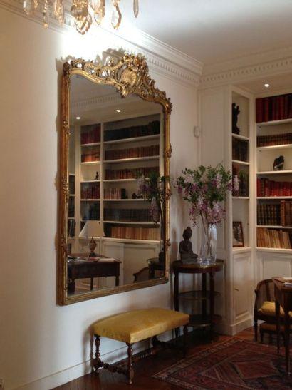 Paire de grands miroirs en bois doré à décor...