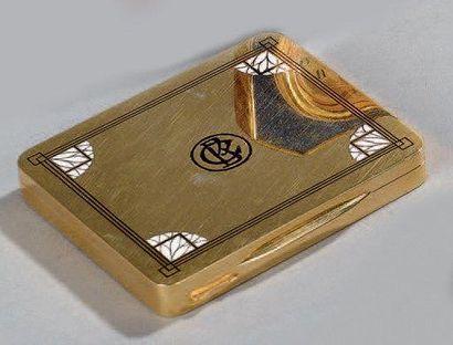 ETUI A CIGARETTES rectangulaire en or. Le...