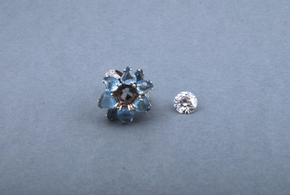 Bague fleur en or gris 18k sertie de diamants...