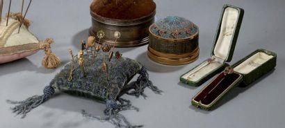 Lot de ONZE EPINGLES A CRAVATE en métal,...