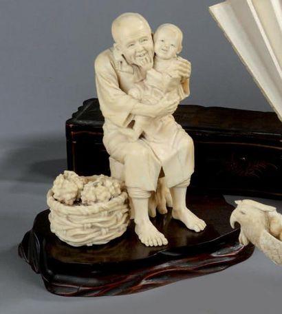 GROUPE EN IVOIRE sculpté représentant un...
