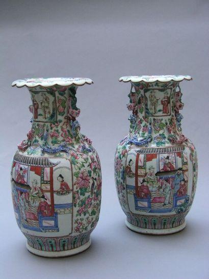 PAIRE DE VASES en porcelaine de Canton, de...
