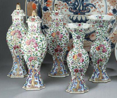 GARNITURE DE CINQ PIECES en porcelaine, famille...