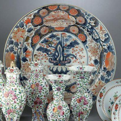 Grand PLAT en porcelaine Imari, le centre...