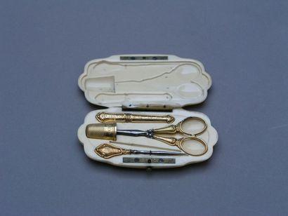 NECESSAIRE DE COUTURE en or et ivoire comprenant...